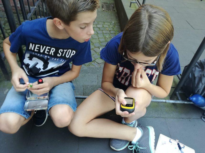Lösungen finden während der Schnitzeljagd in Mainz